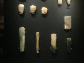 玉鉞-玉斧-展示ホール3-天地は絶えず-金沙遺跡博物館-成都市