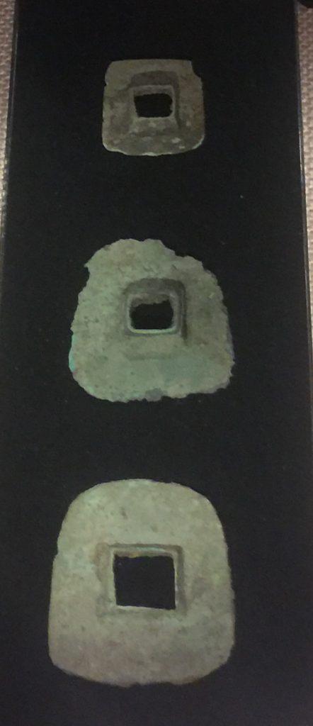 綠松石-方孔形銅器-展示ホール3-天地は絶えず-金沙遺跡博物館-成都市