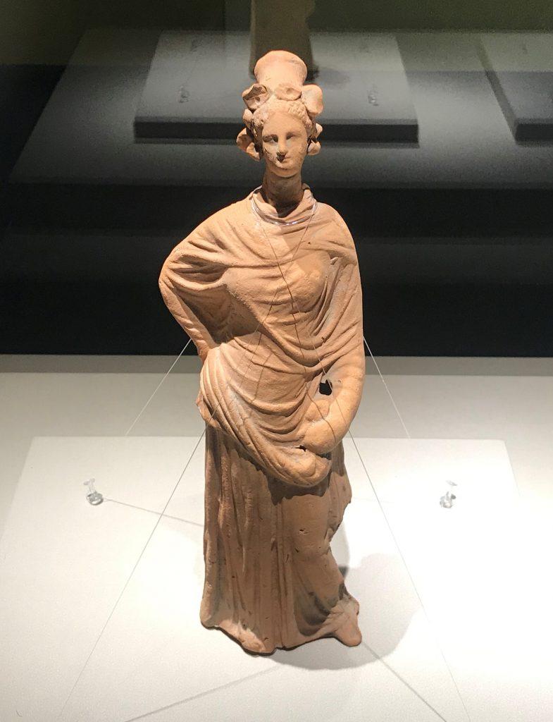 ドレープ女性のテラコッタ像-特別展【彩絵地中海-PAESTUM-一つ古城の文明と幻想】-四川博物院