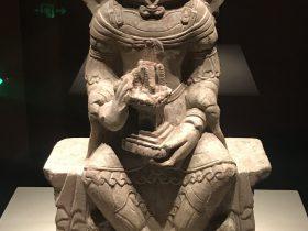 毗沙門天王坐像-北周-シルクロード仏影-特別展【映世菩提】成都博物館