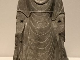 立仏像-裸胸-南梁-シルクロード仏影-和韻同光-特別展【映世菩提】成都博物館