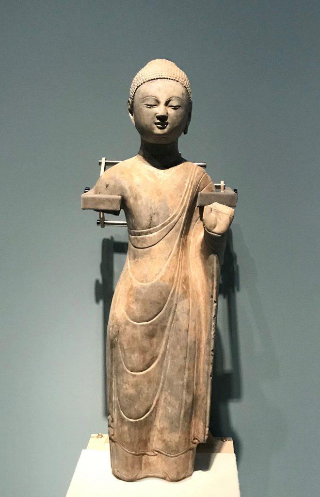 袈裟貼金彩絵石雕仏立像-北齊-青州印像-特別展【映世菩提】-成都博物館