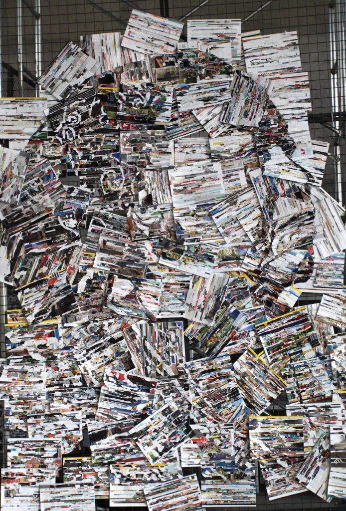 作品名称:ダーリン;材料:雑誌書籍、鉄網、ケーブルタイ; 形式:装置; サイズ:長さ300cm、幅 200cm、 厚さ 4cm 作成年代 2019