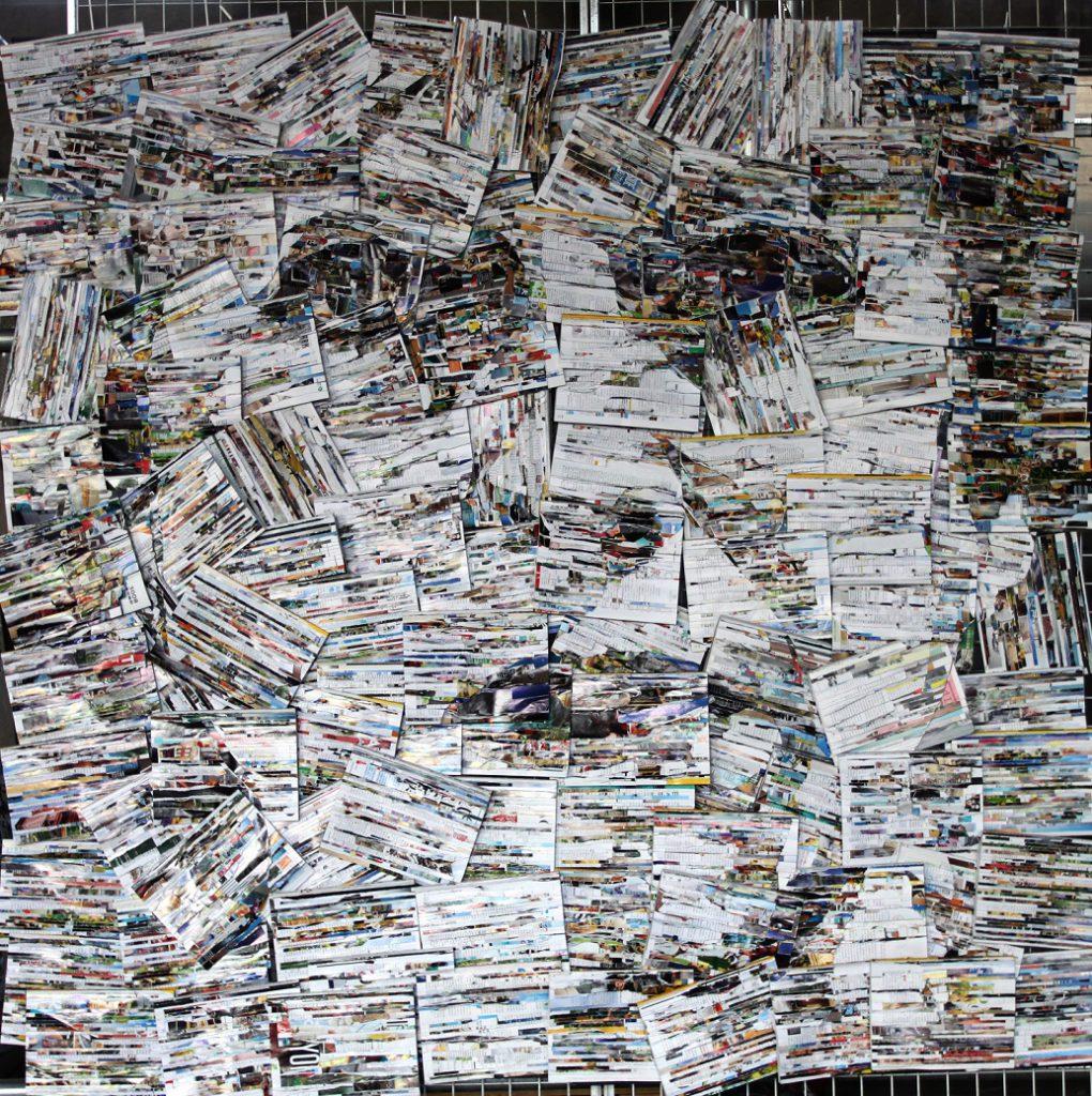 【黯然】材料:雑誌、書籍、鉄網、ケーブルタイ;形式:装置;サイズ:長さ200cm、幅 200cm 厚さ 4cm 作成年代 2019