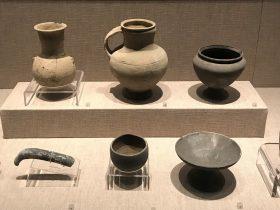 陶扁壺-陶壺-陶圏足罐-陶鳥頭勺把-陶尖底杯-陶豆-先秦時代-常設展F2-成都博物館