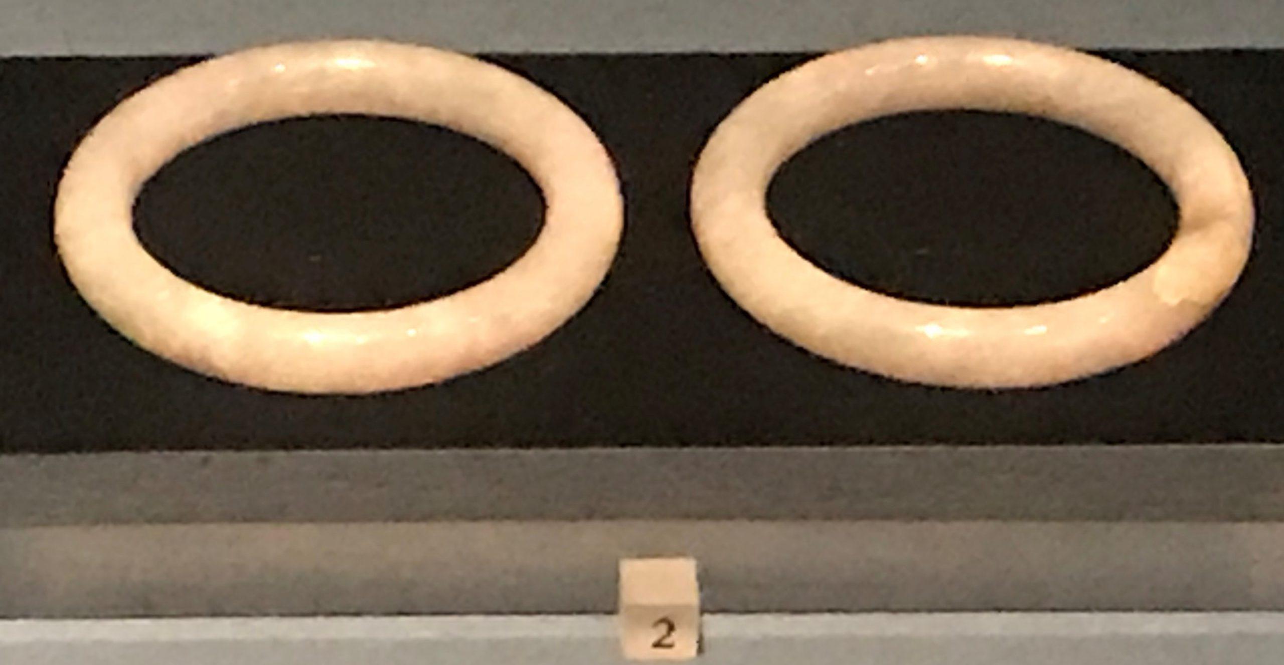 銅帶鉤-玉鐲-蒼龍紋子玉帶鉤-金耳環-帶鏈金飾件-玉板指-蝙蝠紋螺絲金耳環,蝙蝠紋金耳釘-花形金耳環-螺絲金耳環-明清時代-常設展F3-成都博物館
