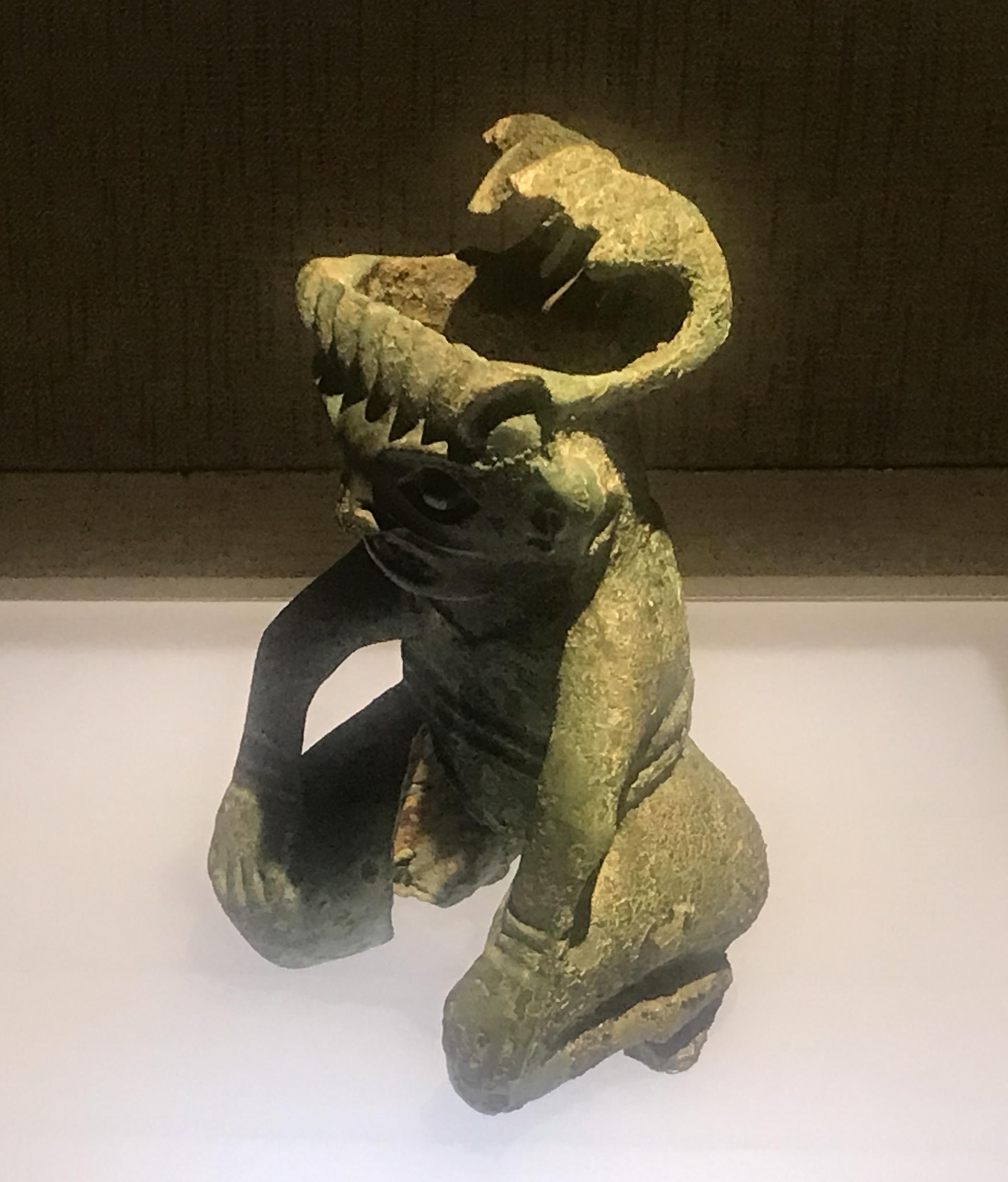 青銅跪く人物像-一号祭祀坑-青銅器館-三星堆博物館-広漢市-徳陽市-四川省