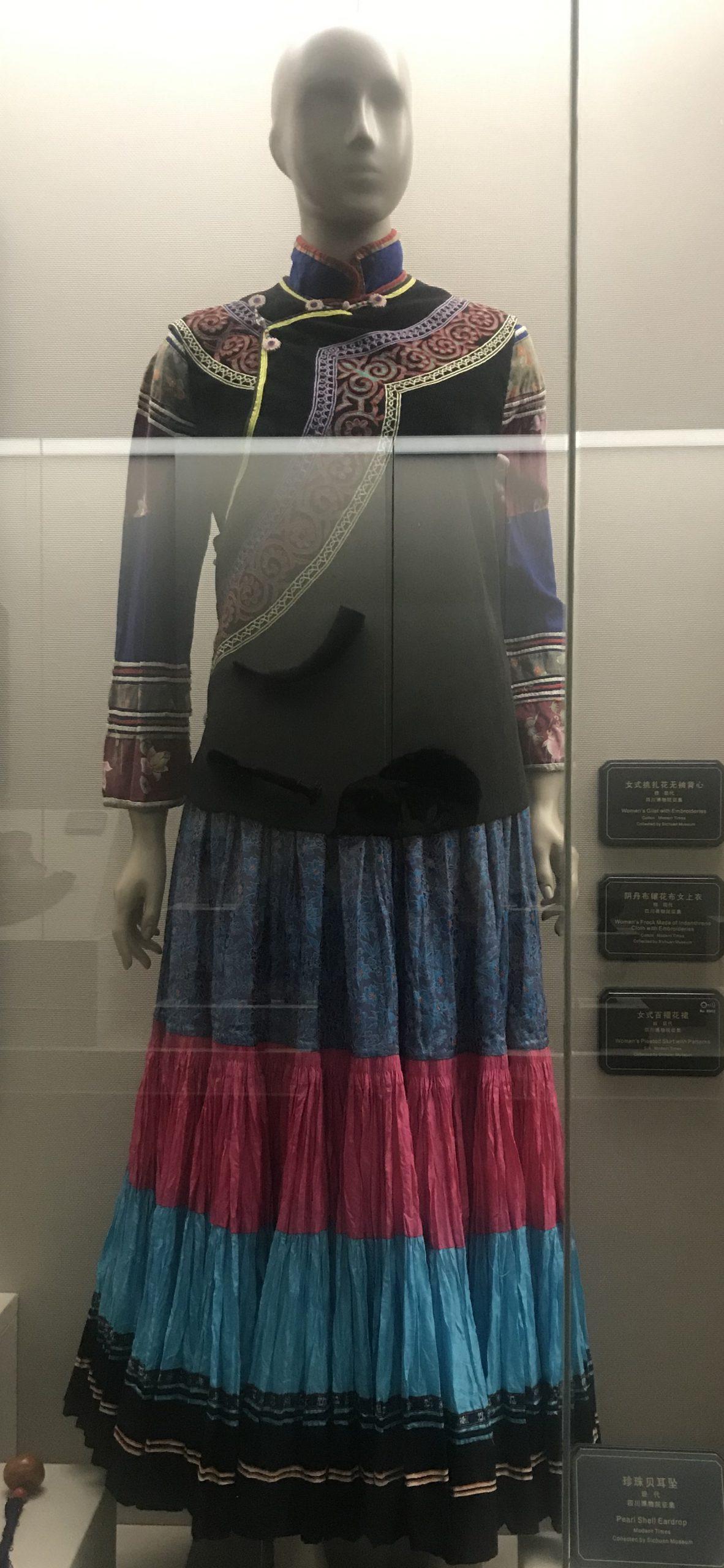 女式百褶花裙-陰丹布鑲花布女上衣-女式挑紮花無袖背心-彜族衣装-四川民族文物館-四川博物館-成都