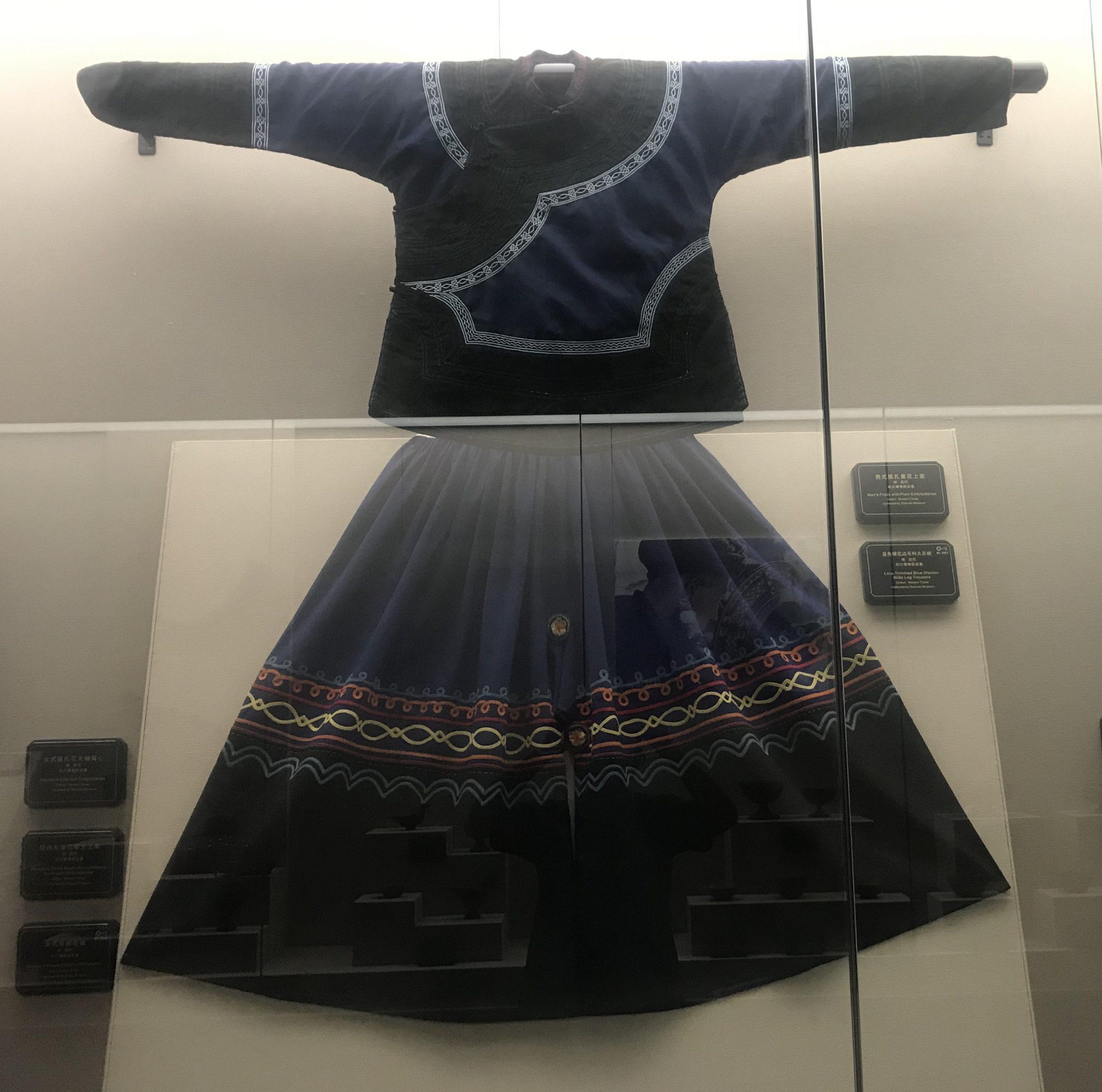 藍色鑲花邊毛料大足褲-男式挑紮素上着-彜族衣装-四川民族文物館-四川博物館-成都