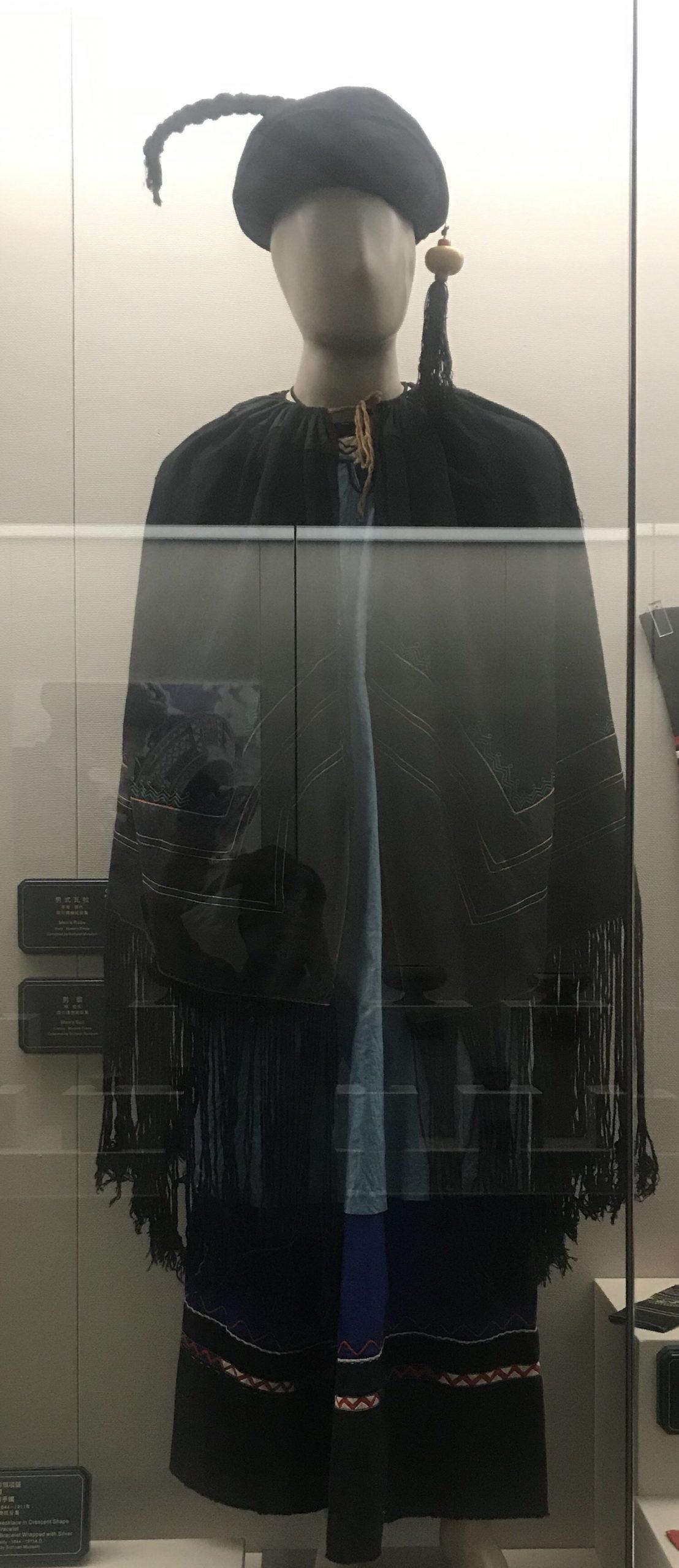 男衣装-男式マント-彜族衣装-四川民族文物館-四川博物館-成都