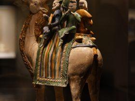 三彩釉陶駱駝載楽俑-唐時代-中国国家博物馆収蔵