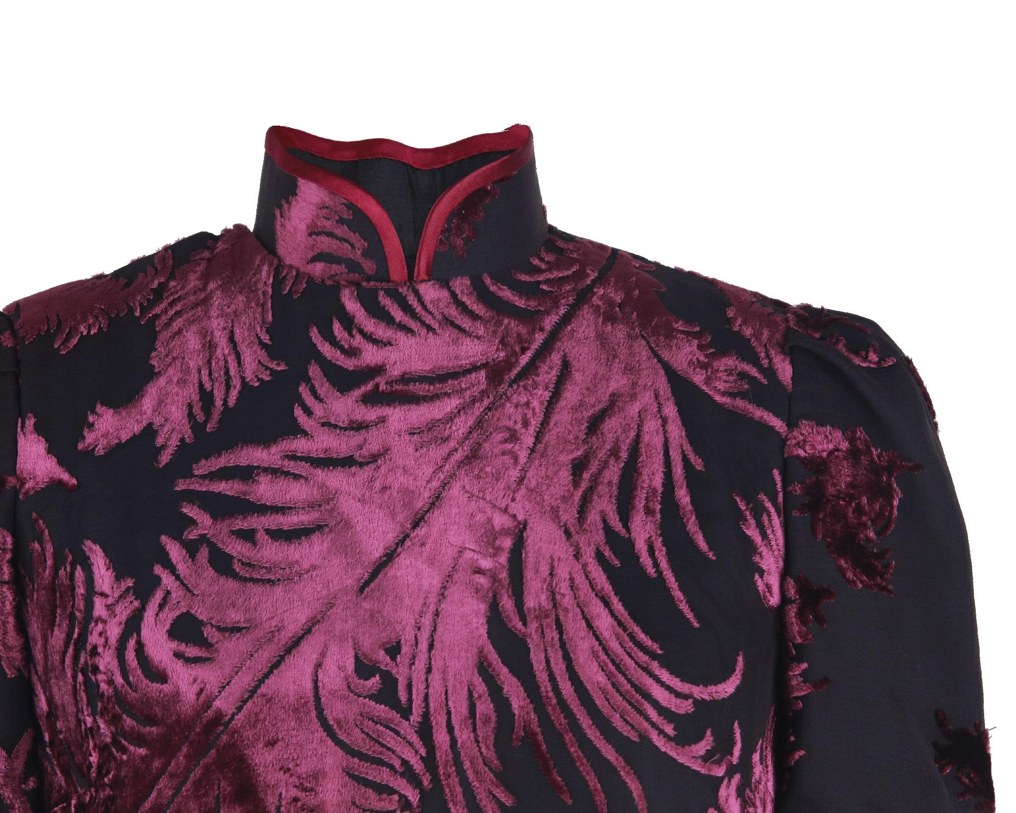 黑色醬紅色羽紋爛花絨短袖旗袍「海上の明月、軽い裾に風を追う-江南の貴族と海派チャイナドレス」上海大学博物館-海派文化博物館