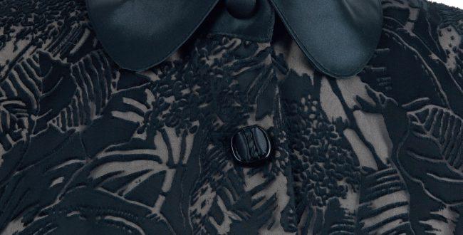 黑色芭蕉葉紋爛花絹短袖旗袍-短裝「海上の明月、軽い裾に風を追う-江南の貴族と海派チャイナドレス」上海大学博物館-海派文化博物館