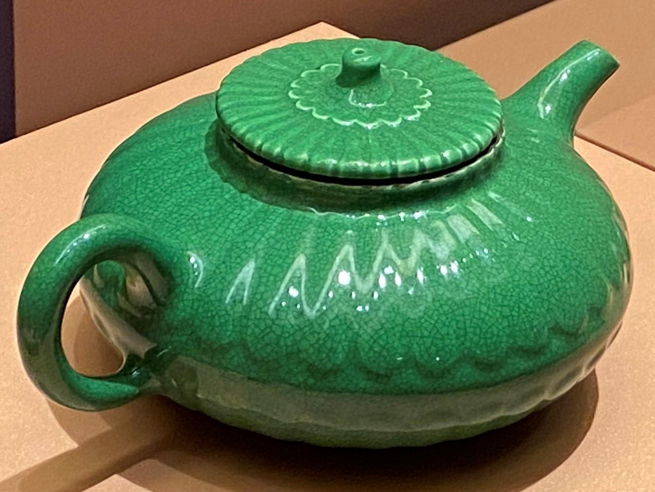 雍正魚子綠釉菊瓣紋茶壺-清時代-特別展【食味人間】四川博物院・中国国家博物館