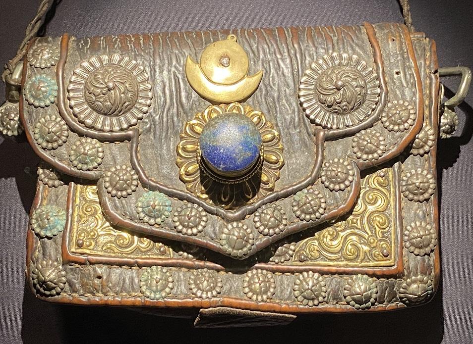 銀鎏金飾皮バック-特別展【七宝玲瓏-ヒマラヤからの芸術珍品】-金沙遺跡博物館-成都