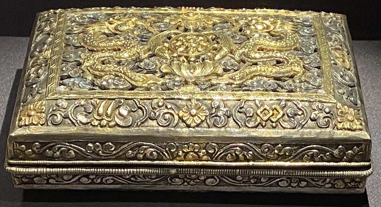 銀鎏金双龍法輪紋盝頂盒-特別展【七宝玲瓏-ヒマラヤからの芸術珍品】-金沙遺跡博物館-成都