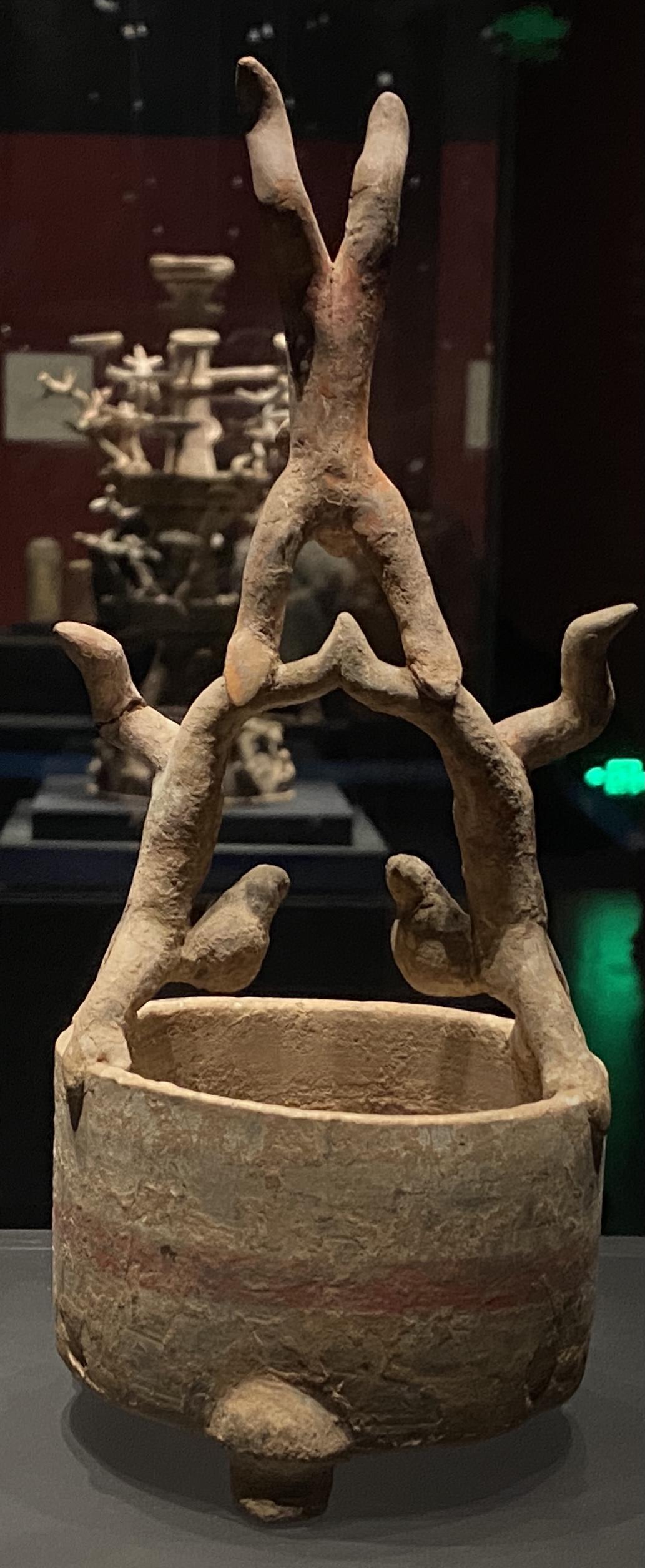 彩絵三人樽上逆さま雑技俑-【列備五都-秦漢時代の中国都市】-成都博物館-四川成都