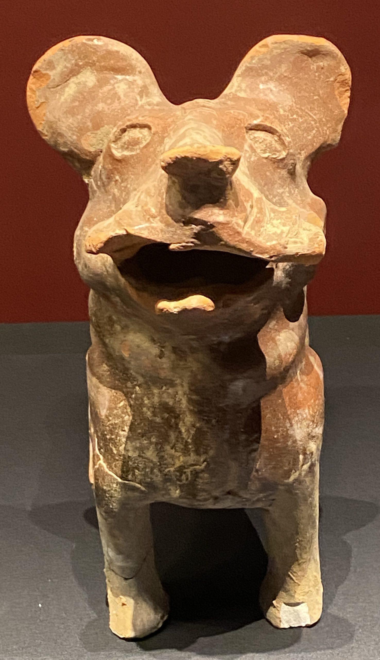 紅釉陶狗-【列備五都-秦漢時代の中国都市】-成都博物館-四川成都