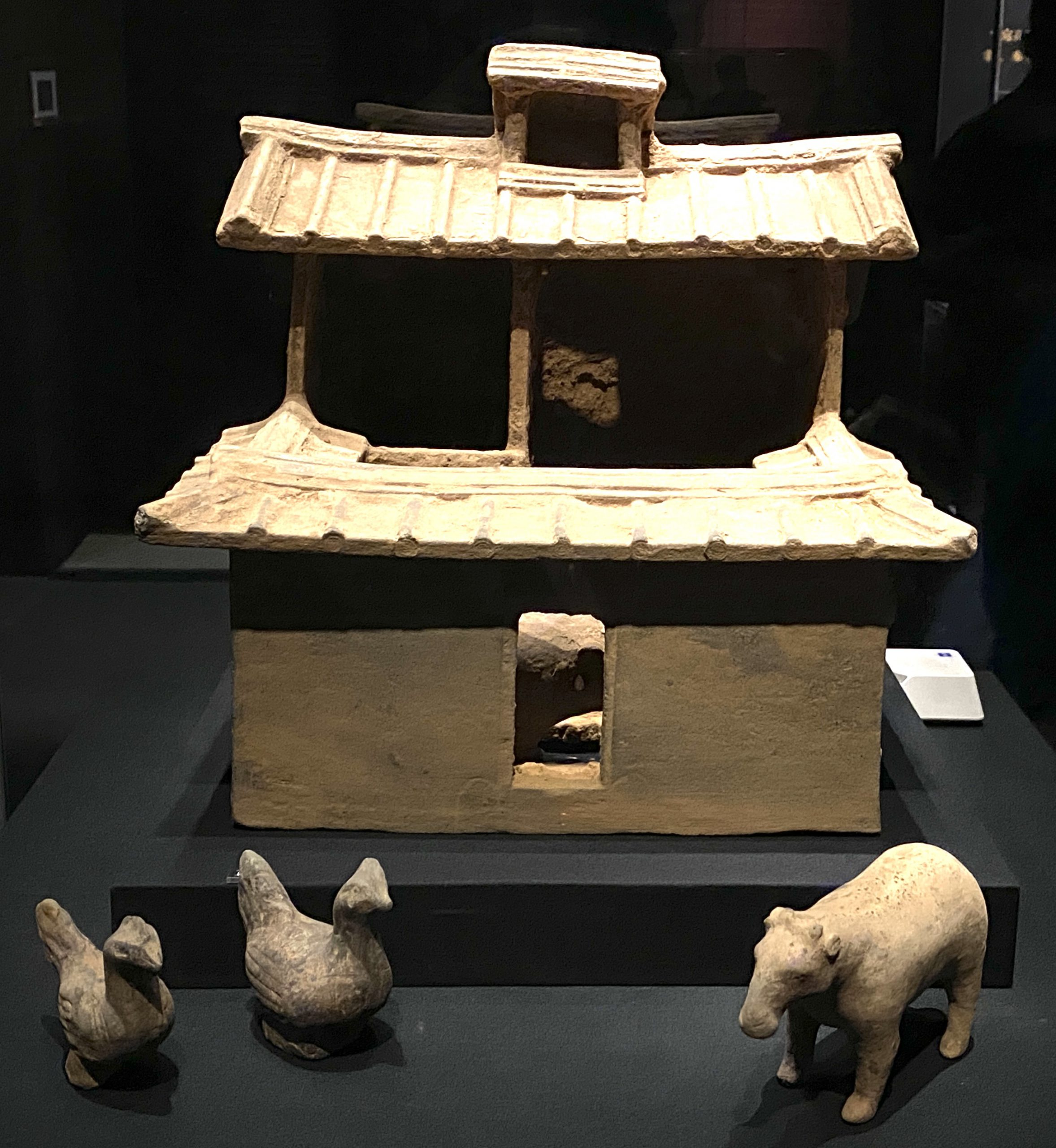 灰陶圈廁-灰陶鶏-陶羊-【列備五都-秦漢時代の中国都市】-成都博物館-四川成都