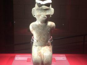 石跪坐人像-石器-展示ホール4-千載遺珍-金沙遺跡博物館-成都市
