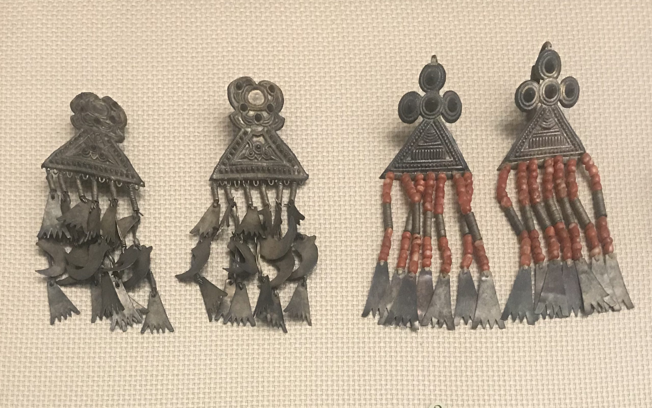 圓錐紋銀牌耳飾り-四錐銀牌珠耳飾り-彜族アクセサリー-四川民族文物館-四川博物館-成都