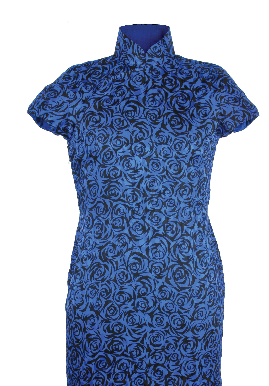 藍裏玫瑰紋提花印花緞短袖旗袍「海上の明月、軽い裾に風を追う-江南の貴族と海派チャイナドレス」上海大学博物館-海派文化博物館